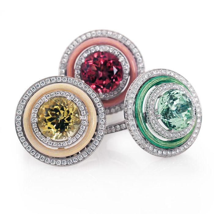 Diamant-besetzter Gold-Ring mit opalweiß emailliertem Guilloche und rosa Turmalin