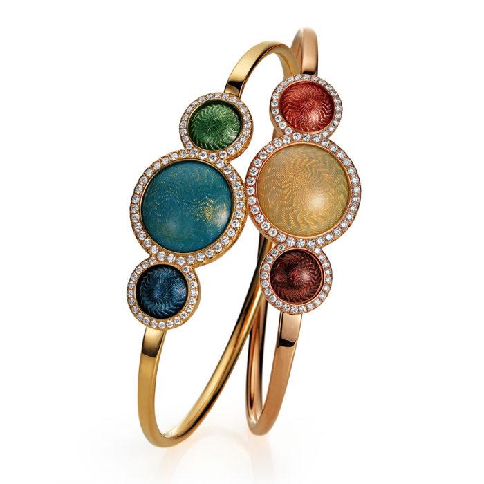Gold-Armreif mit blau und grün bzw. rot und auberginerot emailliertem Guilloche und Diamanten