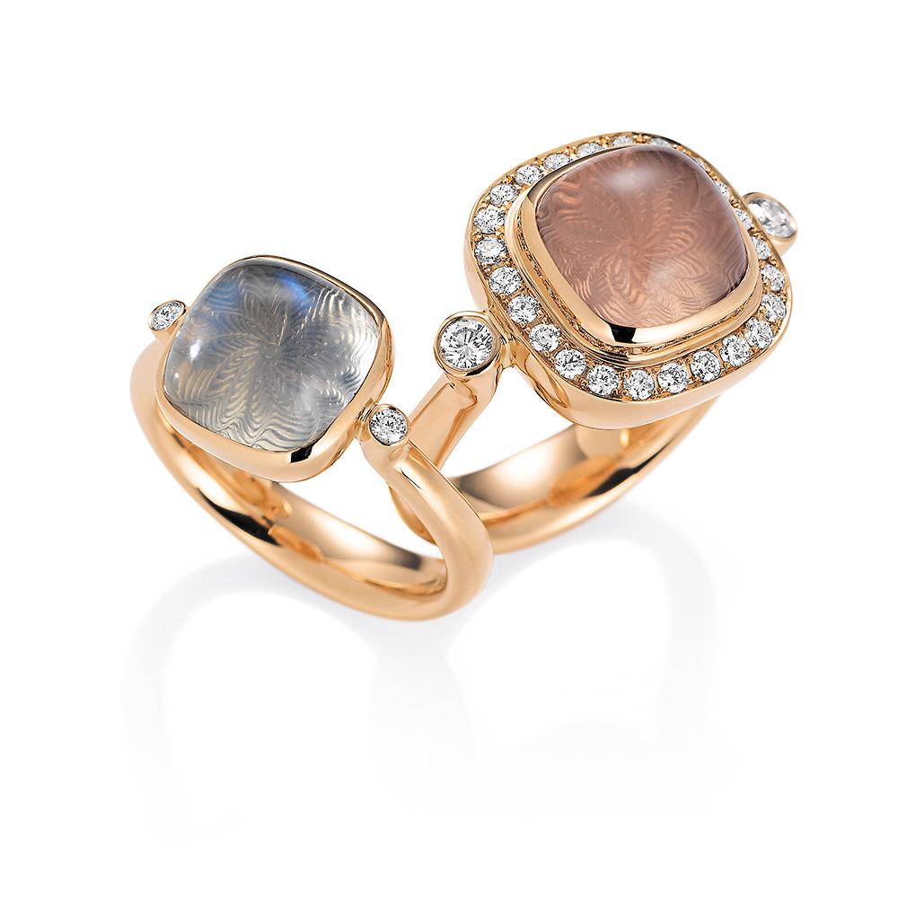 Gold Ringe mit bunten Edelsteinen auf guillochierter Fläche mit Diamanten