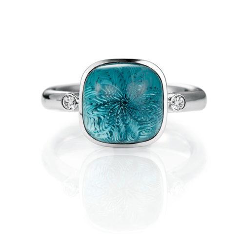 Gold Ring mit blauem Edelstein auf guillochierter Fläche mit Diamanten