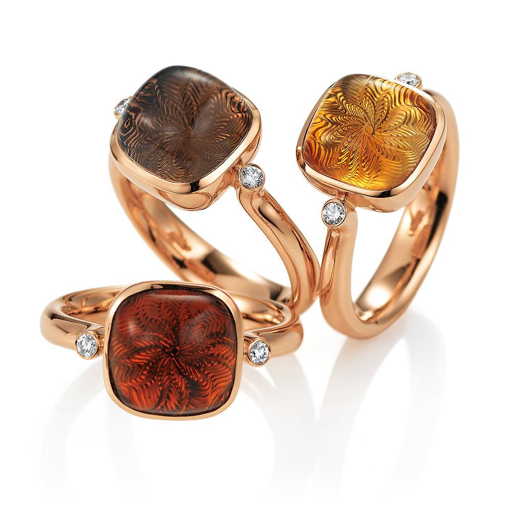 Gold Ring mit buntem Edelstein auf guillochierter Fläche mit Diamanten