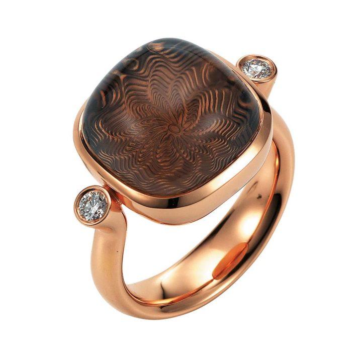 Gold Ring mit braunem Edelstein auf guillochierter Fläche mit Diamanten