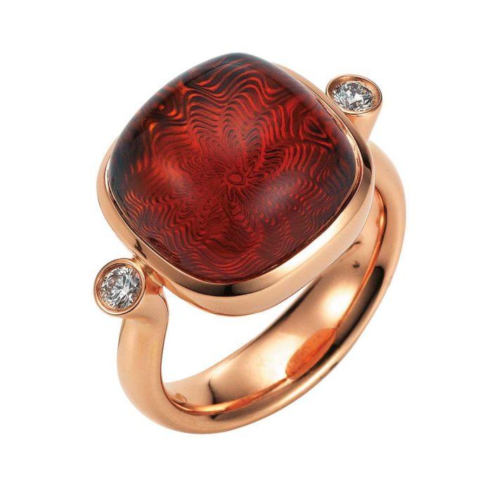 Gold Ring mit rotem Edelstein auf guillochierter Fläche mit Diamanten