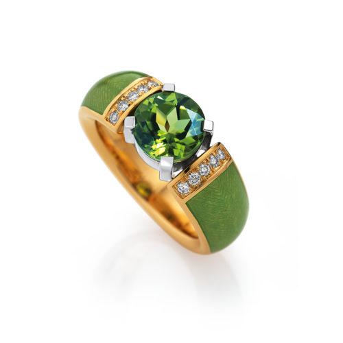 gravierter Goldring mit Brillanten, grünem Emaille und grünem Edelstein
