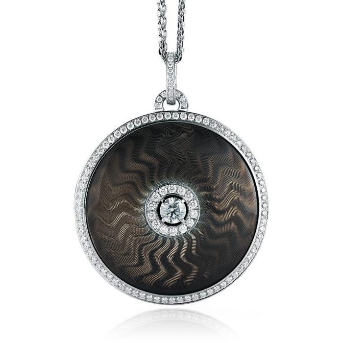 gravierter Gold Anhänger mit Diamanten und braungrauem Emaille