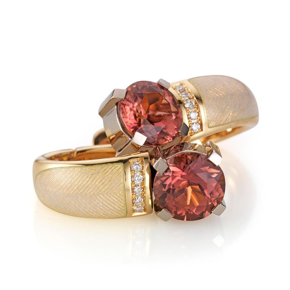 gravierte Ohrringe mit Brillanten, opalfarbenem Emaille und rosafarbenem Edelstein