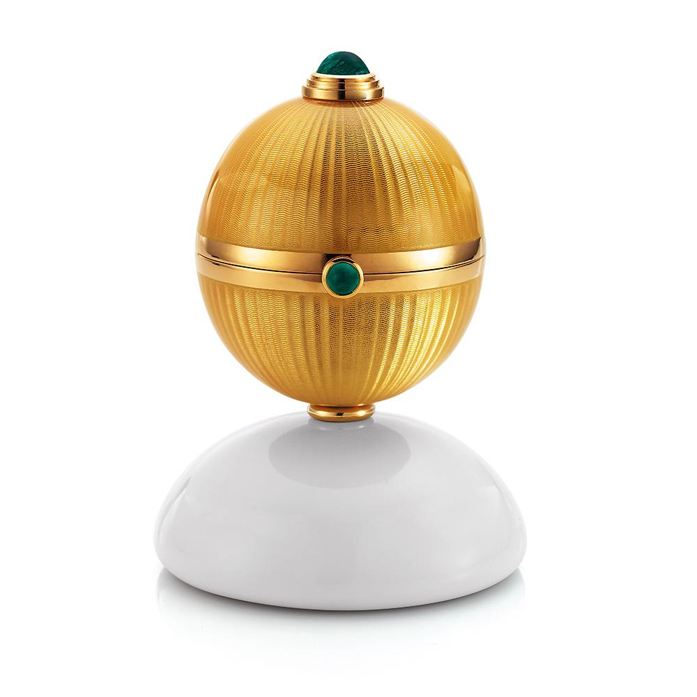 Goldenes Objekt zum öffnen mit fondantfarben emailliertem Guilloche, Smaragden, Cocolongfuß und Überaschung im Inneren.