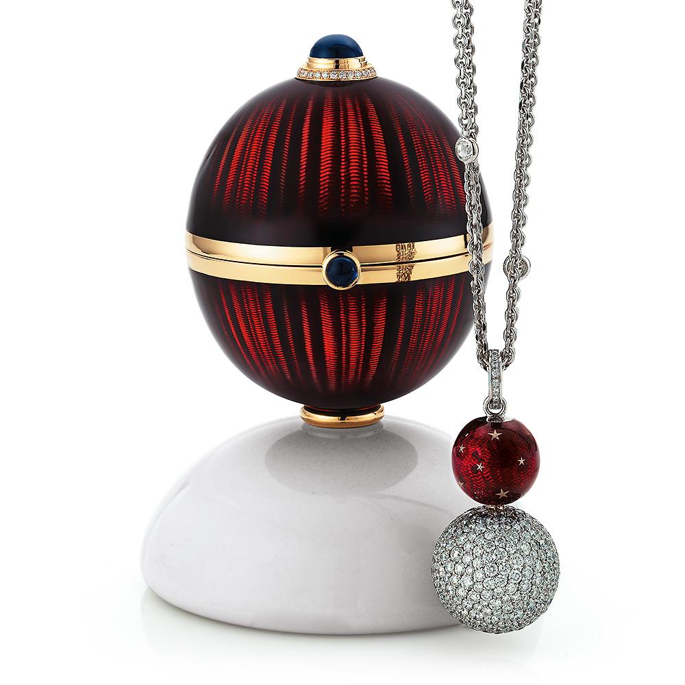 Goldenes Objekt zum öffnen mit auberginenrot emailliertem Guilloche, Diamanten, Saphiren, Cocolongfuß und Überaschung im Inneren.