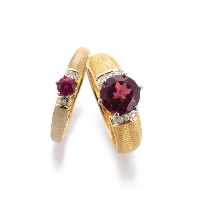 Gold Ring mit Rhodolith, Diamanten und opalfarben enamailliertem Guilloche